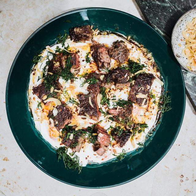 Rezept von Sabrina Ghayour: Mariniertes Steak mit Labneh & Pul-Biber-Butter