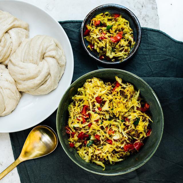 Rezept von Nadiya Hussain: Tingmos mit Soja-Kohl